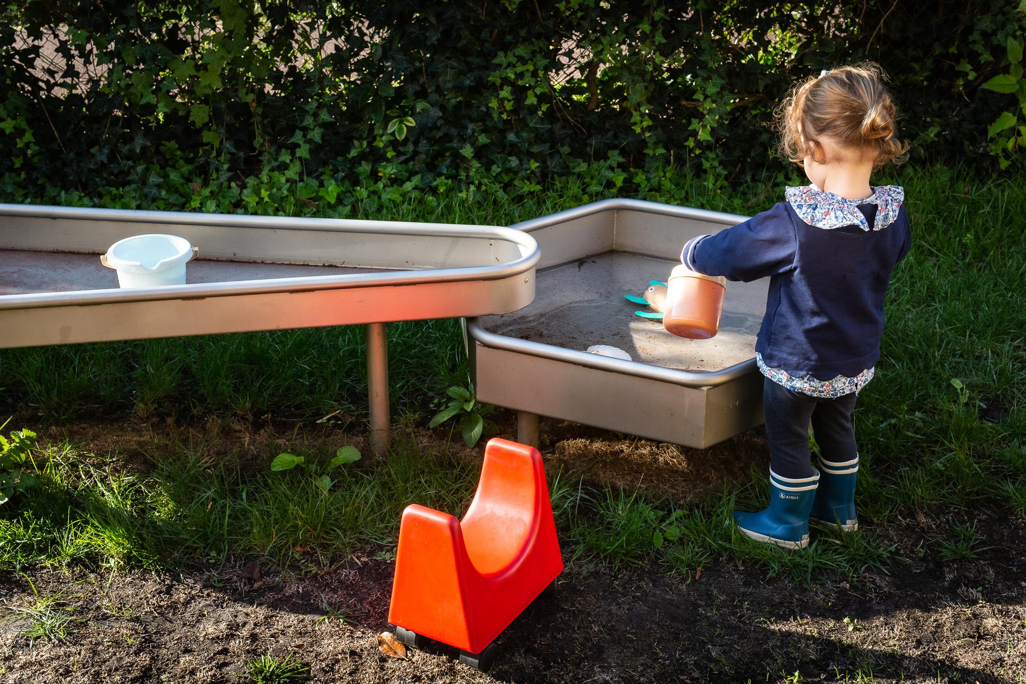 Jeux-eaux-dans-jardin-Little-Bouscat-microcrèche
