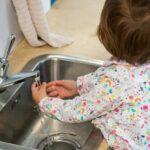 Enfant se lavant les mains tout seul